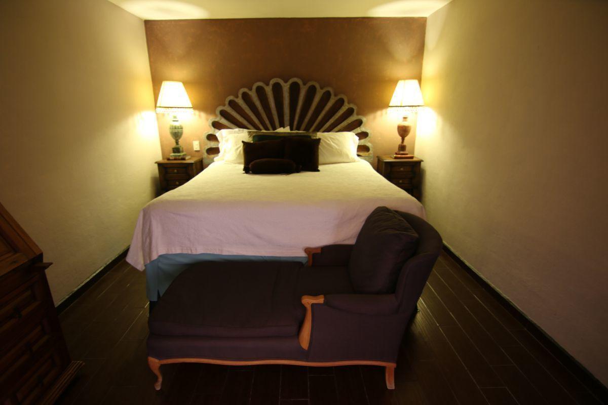 17 of 39: Dentro de la suite principal, el espacio de la cama