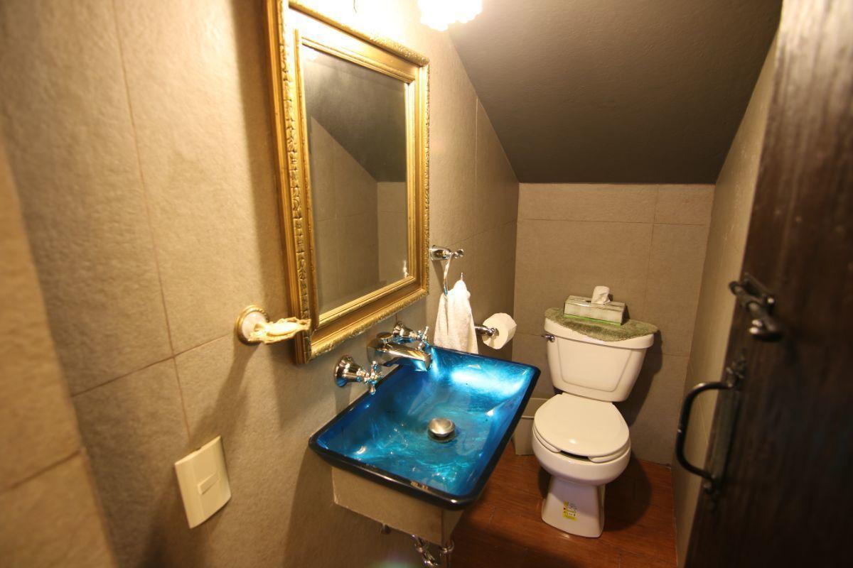 21 of 39: Medio baño para visitas en planta baja