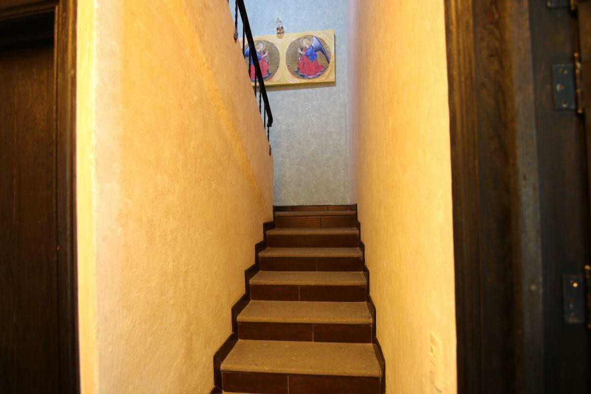 24 of 39: Escalera con amplias huellas y luz natural
