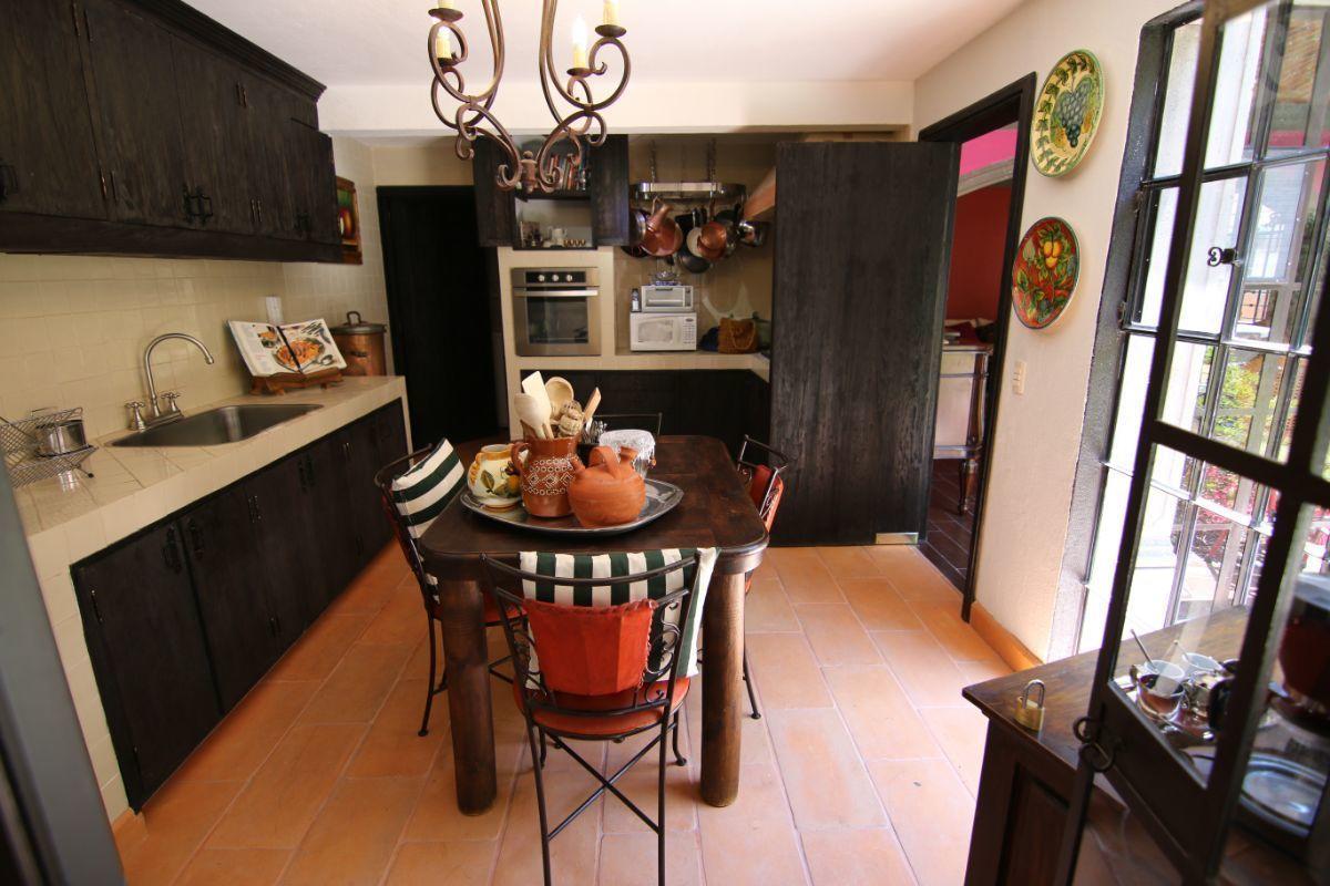 27 of 39: Amplia y cómoda cocina con mucha luz natural.
