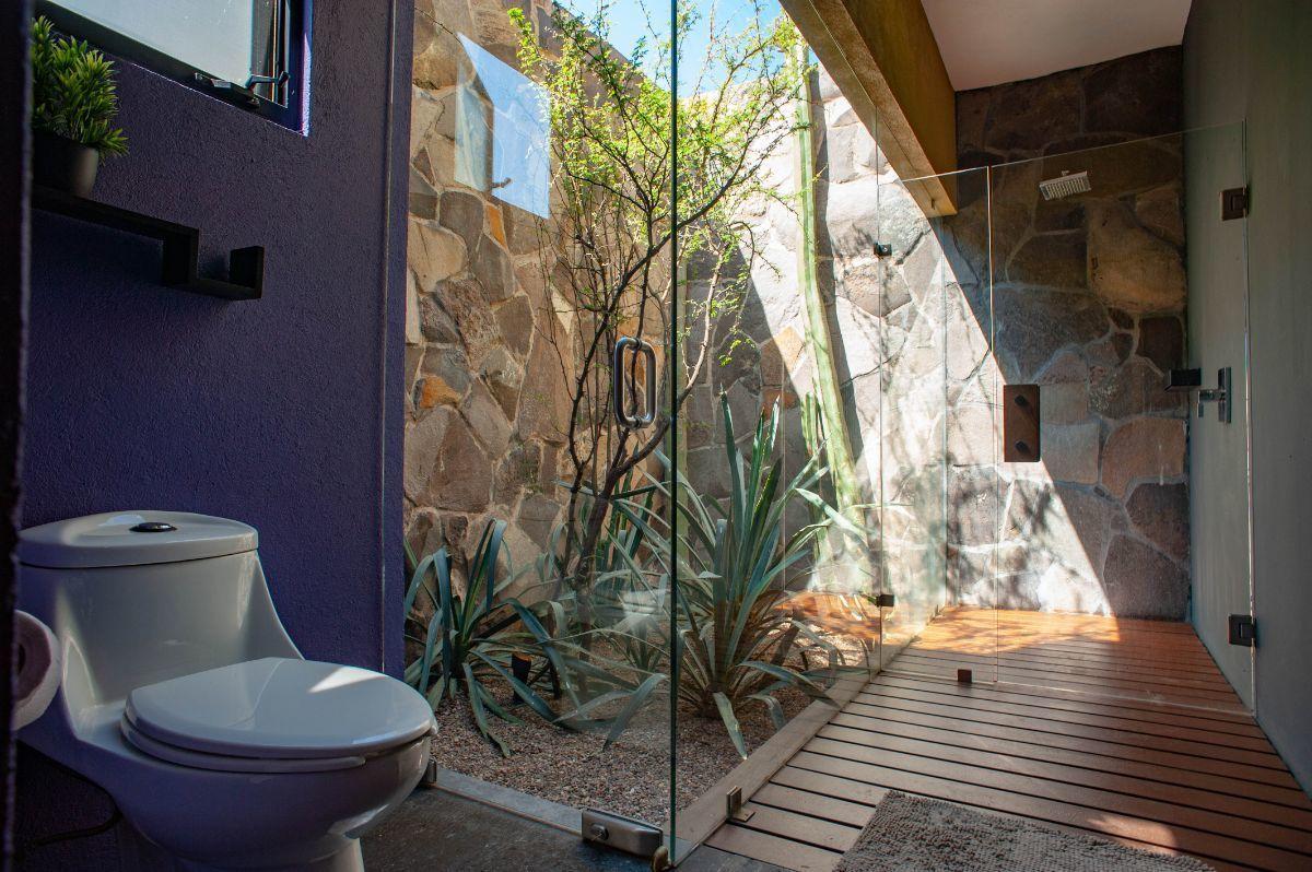 18 of 30: Baños con espacios naturales y patios interiores