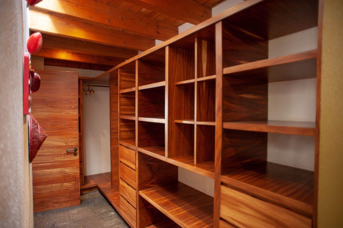25 of 30: Closet vestidor de madera
