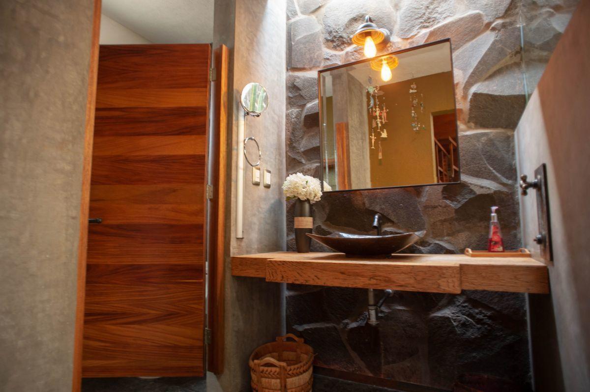 27 of 30: Baños con luz natural