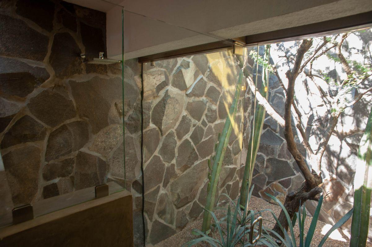 28 of 30: Espacios abiertos en baños con naturaleza y total privacidad