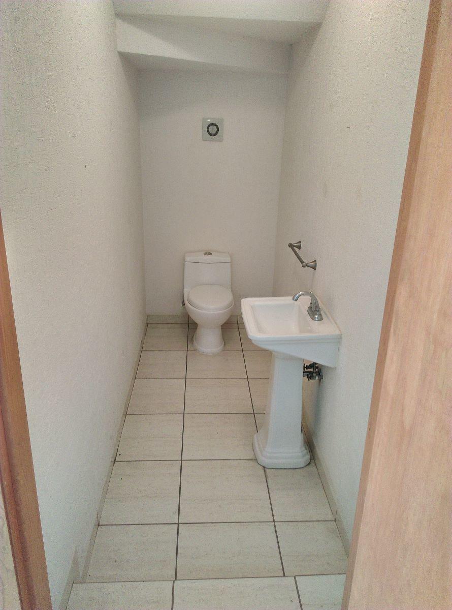 7 de 16: Medio baño planta baja