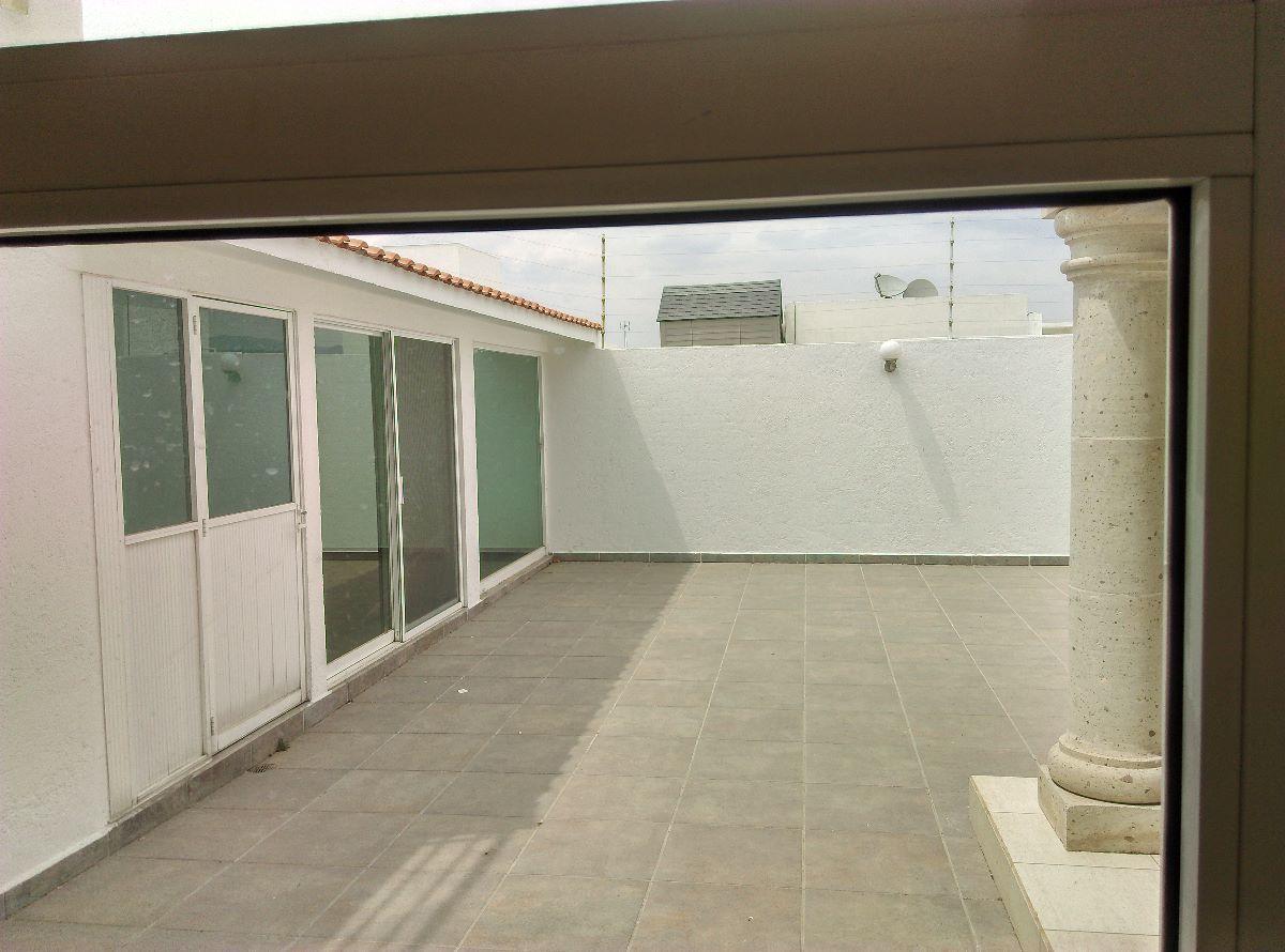 8 de 16: Patio, cuarto de servicio y área para gimnasio o visitas