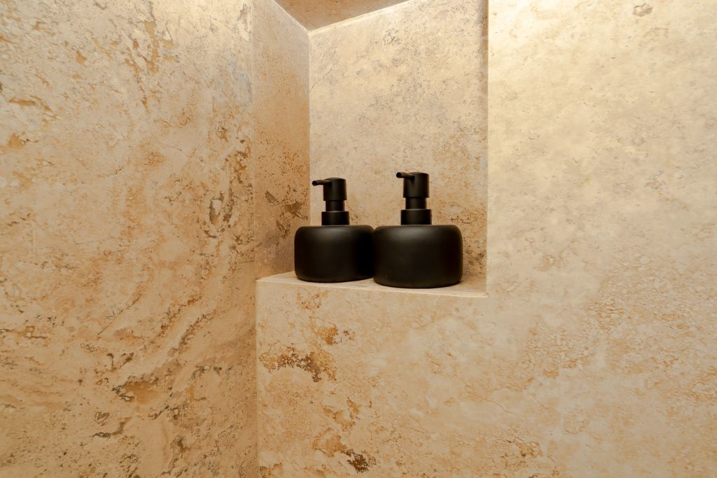 42 de 48: Shampoo and Conditioner Dispensers.