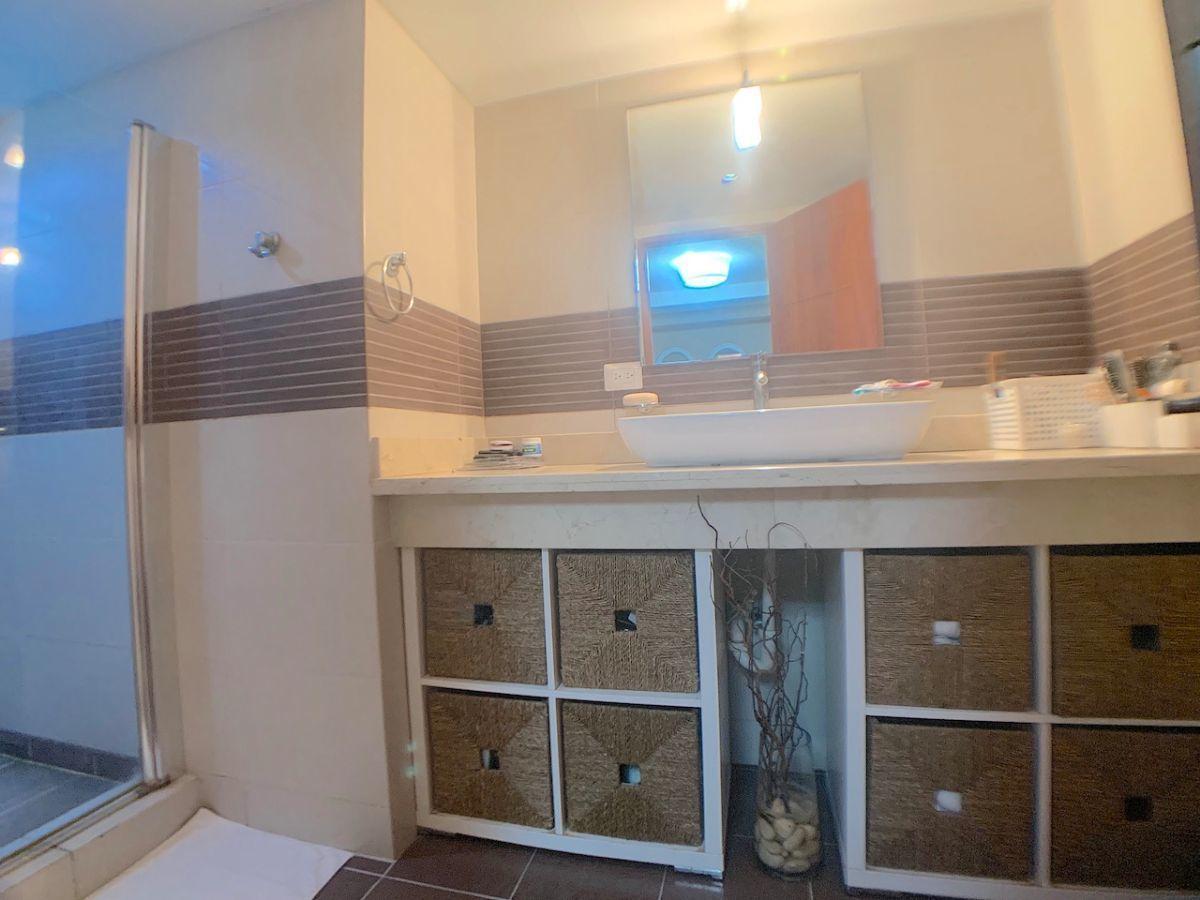 17 de 17: Baño habitación principal con ducha y moderno