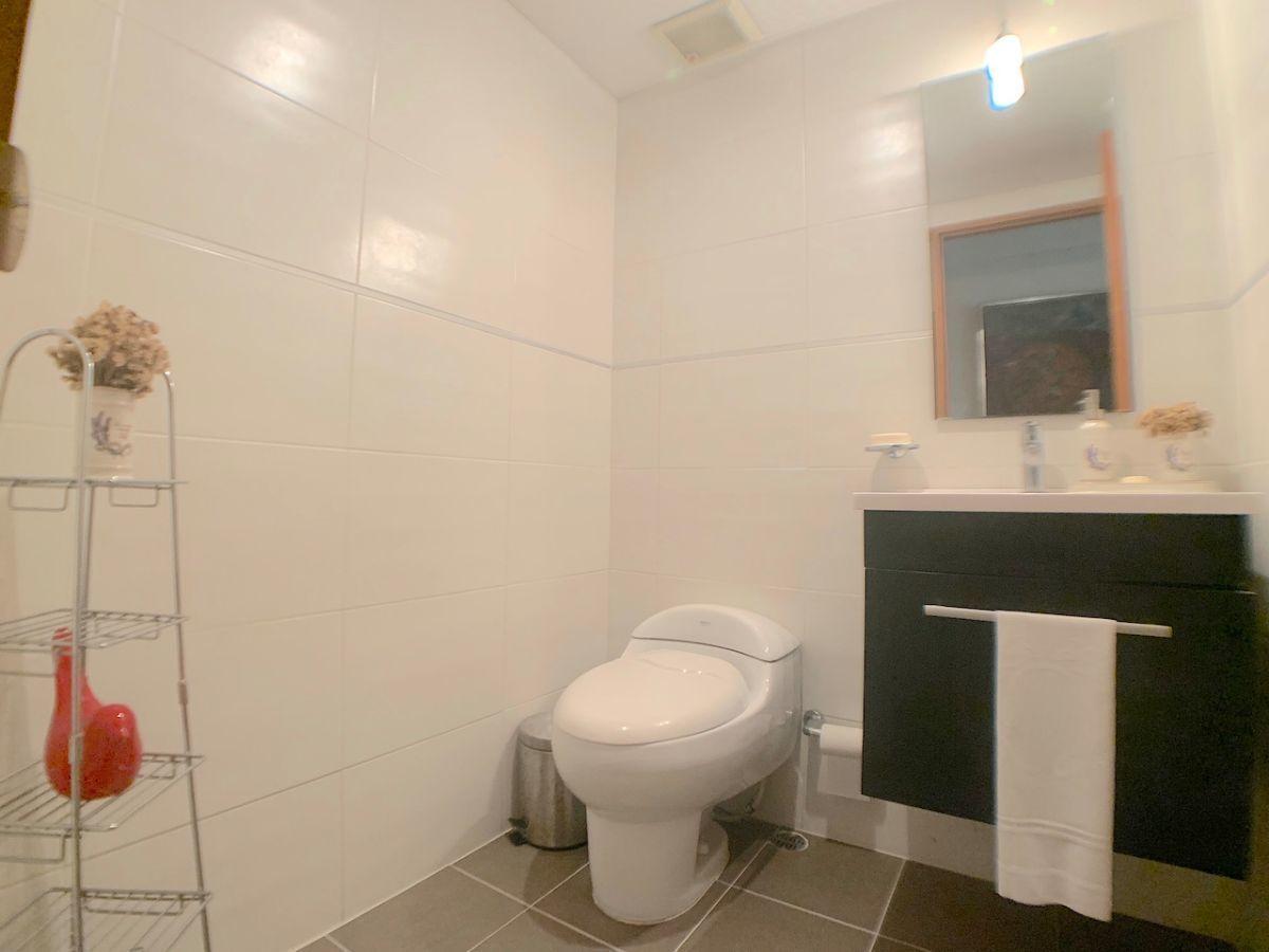 7 de 17: Baño de visita cómodo