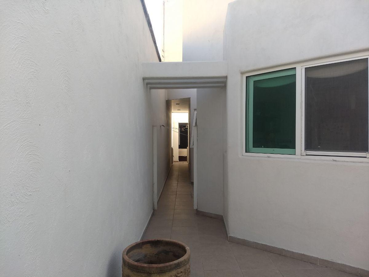 16 de 34: Entrada independiente hacia area de lavado, cochera y jardin