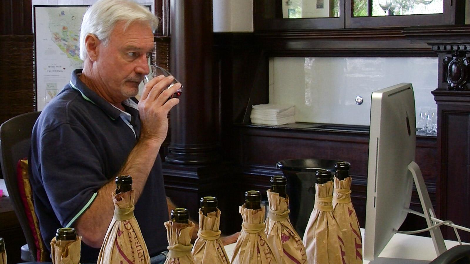 在盲葡萄酒鉴赏家品尝金宝博手机