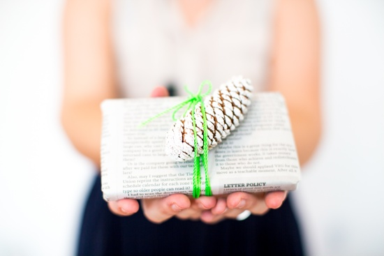 DIY wrapping idea //  newspaper with neon string and pinecone