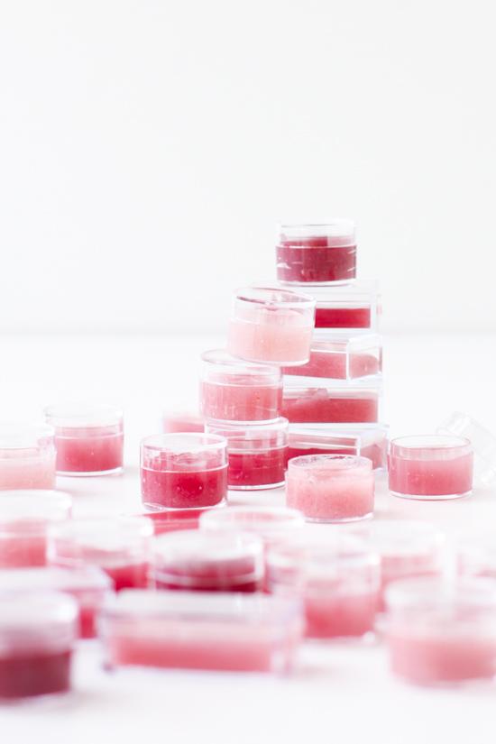 Beauty DIY // 2 ingredient lip balm #diy #beautytutorial #pink #makeup #lipbalm #gift #giftidea #holidaygift #mothersday