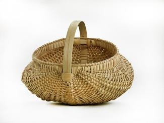 A basket that's similar to a kidney bean with a small handle.