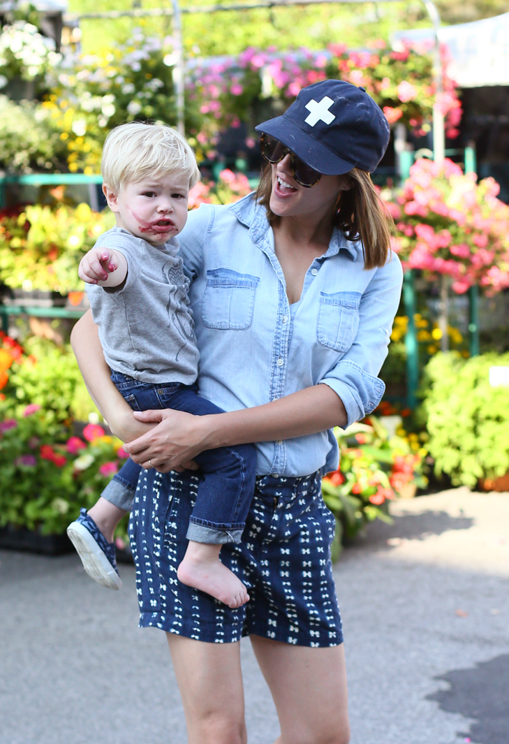 Casual outfit, what to wear with a baseball hat, SAHM outfit, chambray