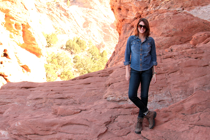 What to wear to Garden of the Gods, Hiking in Garden of the Gods, Hiking Outfit, Denim on denim, What i Wore, @whatiwore, Jessica Quirk, Fashion Blogger, Fashion Blog, Hiking Style, Colorado Hiking,