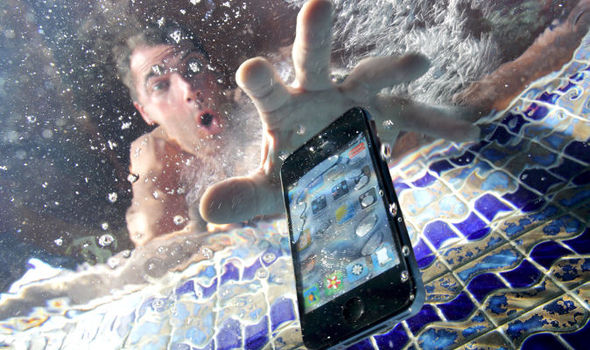 What To Do When Your Phone Falls In Water? 3 Easy Steps Can Save You A Lot Of Trouble