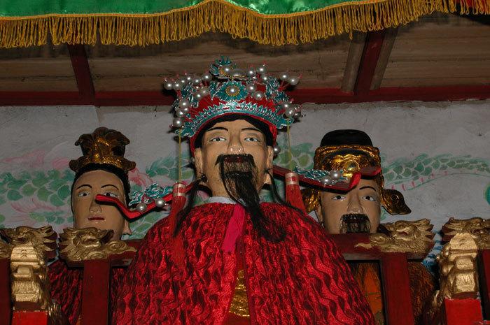 Center.three deities He (center), Yao (right), and Ye (left)-close up of the deities