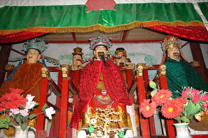 Center.three deities He (center), Yao (right), and Ye (left)