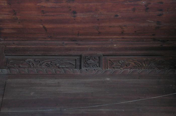 molding along the upper wall