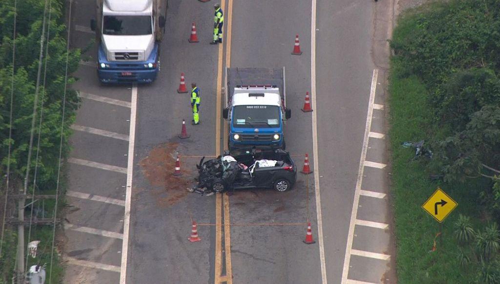 Um passageiro do carro ficou ferido na batida com ônibus.