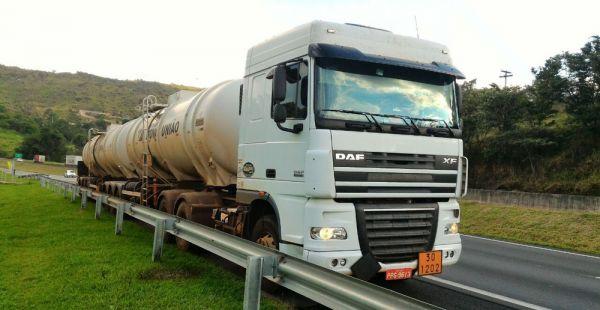 Caminhão encontrado em Valinhos (SP) pela Polícia Rodoviária após roubo na Dom Pedro (Foto: Reprodução/EPTV)
