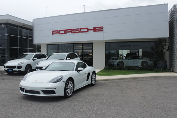 Porsche-showroom-mobay_594x395