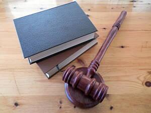 Empresario consulta con sus abogados antes de firmar.