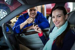 Entrega de llaves en la venta de un auto usado.