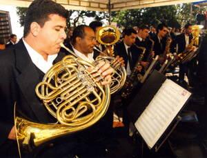 Banda musical tocando en un evento