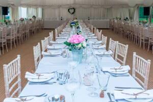 Mesa preparada para un gran banquete