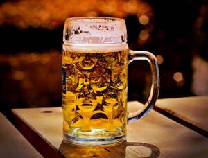 Cerveza servida en una cervecería.