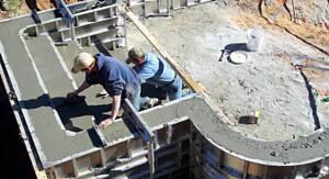 trabajadores haciendo una piscina