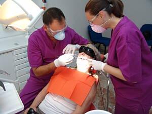 profesionales dentistas en una clinica