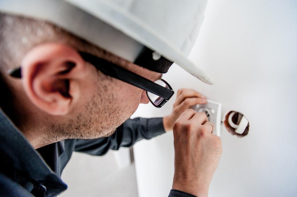electricista comprobando una red electrica