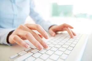 Persona usando la computadora
