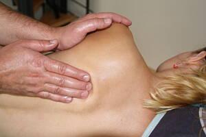 fisioterapeuta tratando a una paciente