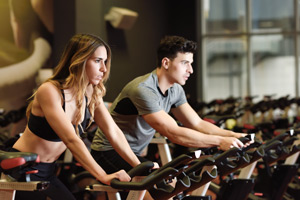Gente haciendo ejercicio en un gimnasio.