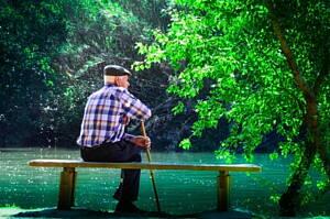 anciano sentado en un banco