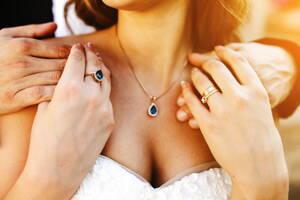 Mujer vistiendo joyas de oro