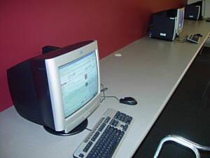 sala de un locutorio con ordenadores