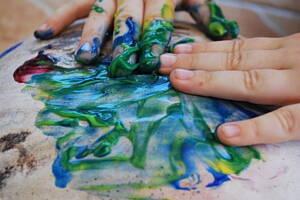 persona pintando con pintura