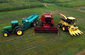 maquinaria agricola en un campo de cultivo