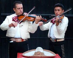 Mariachis tocando en un evento