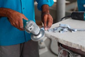 Persona trabajando el mármol