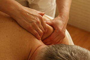 masajista con paciente