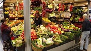 puesto de  frutas y verduras en un mercado de alimentacion