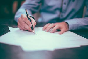 Firma de documentos en una notaría