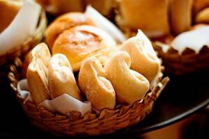 Cesto con productos de panadería