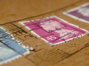 Paquete sellado en agencia de paquetería